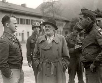 Julius Streicher in US custoday at Dachau, here with Colonel Donahy (left), Major Henry G. Plitt (right)