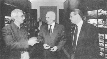 'Wehrmacht crimes' exhibition organizers Bernd Boll (left) and Hannes Herr (right), with Schleswig-Holstein parliament president Heinz-Werner Arens